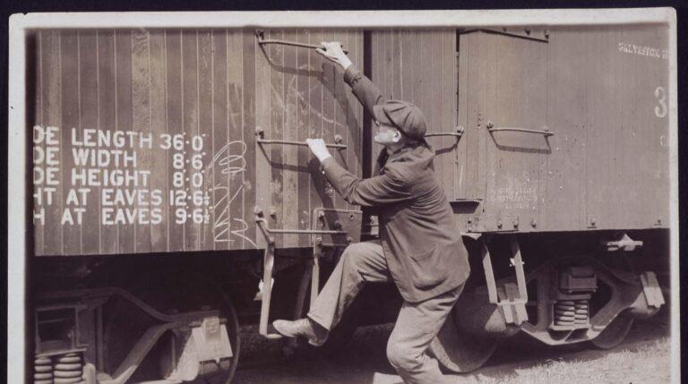 Fotografía de Lewis Wickes Hine en la que un ciudadano intenta subir a un tren