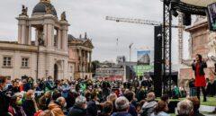 """""""Votaré a los Verdes por mis nietos con quienes he venido a ver a Baerbock"""""""