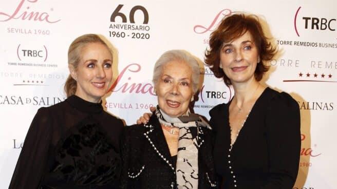 Lina, con dos de sus hijas, en un homenaje por sus 60 años de carrera en el mundo de la moda