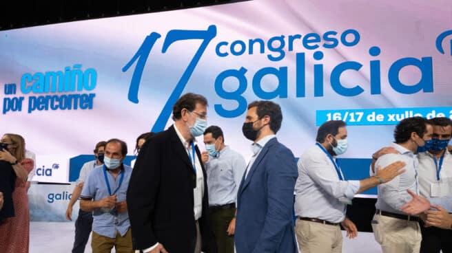 El presidente del PP, Pablo Casado (d) y el expresidente del Gobierno Mariano Rajoy (i).