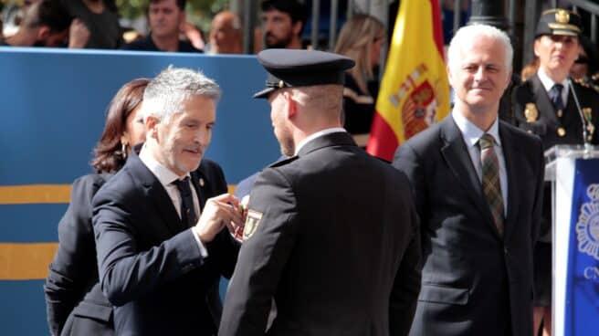 El ministro Grande- Marlaska entrega una medalla a un policía en los actos centrales del patrón en 2019.