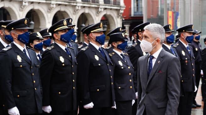 El ministro del Interior, Fernando Grande Marlaska, a su llegada a los actos centrales del Día de la Policía en la Plaza Mayor de Valladolid