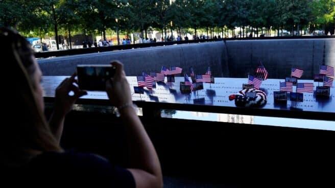 Una persona fotografía el memorial del 11-S un día antes del 20 aniversario de los atentados.
