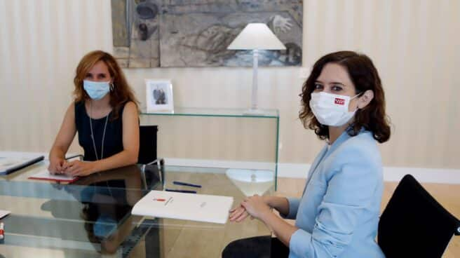 Isabel Díaz Ayuso, reunida con Mónica García en Sol.