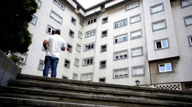 Vista general de la calle Juan Darriba de A Coruña, de la panadería donde trabajaba la mujer que esta noche ha sido presuntamente asesinada por su pareja, una mujer de 52 años que ha sido asesinada a puñaladas en su domicilio de A Coruña.