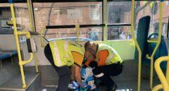Una pasajera de un autobús herida grave tras colisionar contra un coche en Madrid