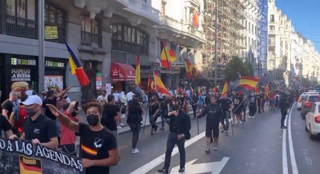 Un grupo de neonazis por el centro de Madrid.