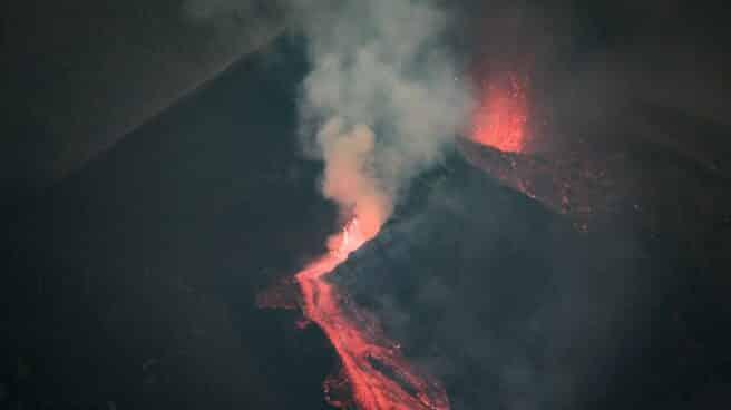 Nuevas erupciones en el volcán de La Palma tras un día de baja actividad.