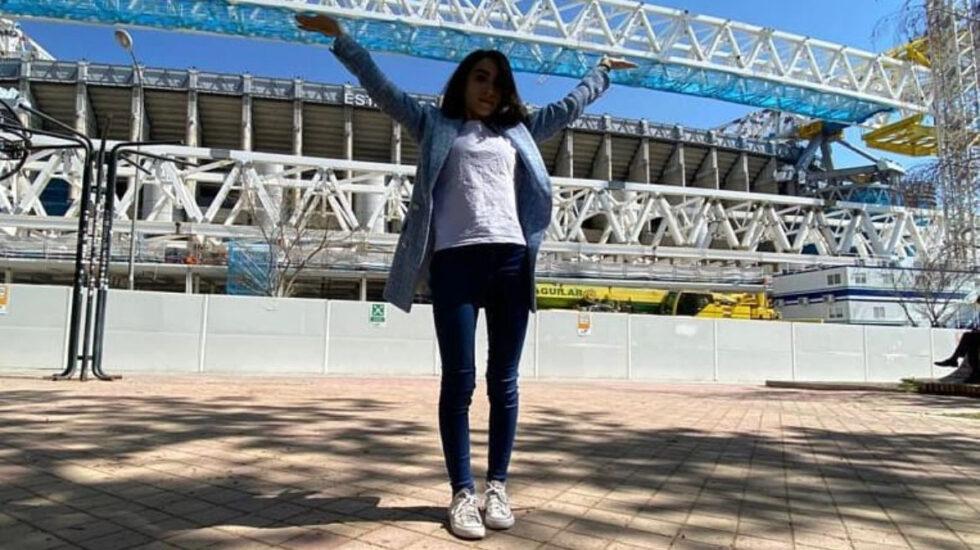 Maribel de Jesús, en una fotografía delante de las obras del Santiago Bernabéu