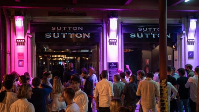 Jóvenes esperan en la puerta de la discoteca Sutton en Barcelona