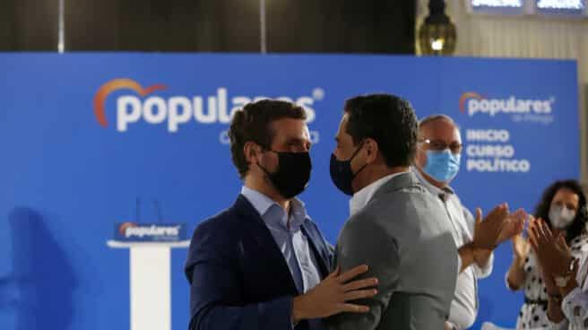 El presidente del PP, Pablo Casado (i) y el presidente del PP-A, Juanma Moreno (d).