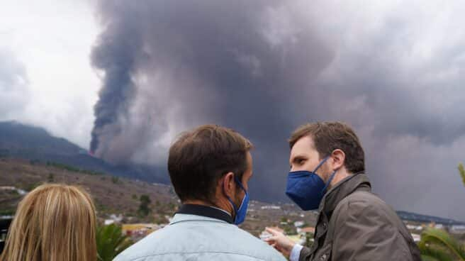 Pablo Casado visita las zonas más afectadas por la erupción del volcán de La Palma.