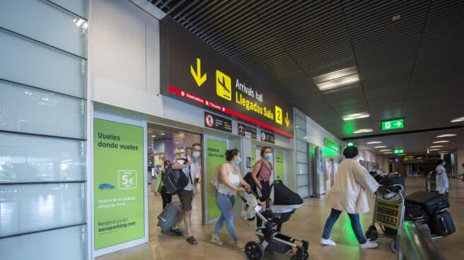 Pasajeros llegan al Aeropuerto Adolfo-Suárez Madrid Barajas