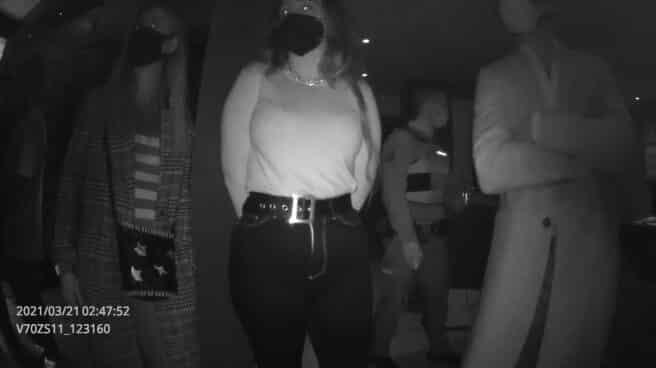 """Imagen grabada por la Policía Nacional tras detener una fiesta ilegal con una """"patada en la puerta"""""""