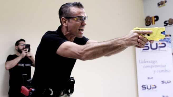Un policía instructor, haciendo una demostración del funcionamiento de la pistola eléctrica en la sede del SUP.