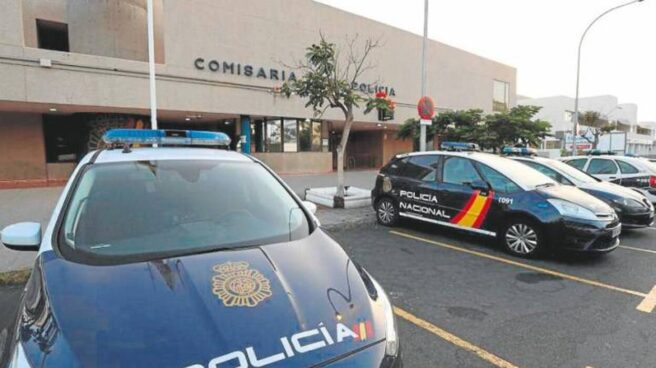 Coche de Polícia Nacional aparcado en la comisaría de Maspalomas (Gran Canaria)