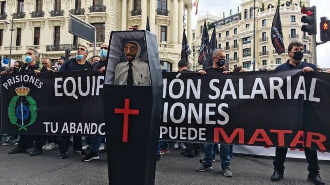 Funcionarios de prisiones, durante la protesta secundada este miércoles en Madrid.