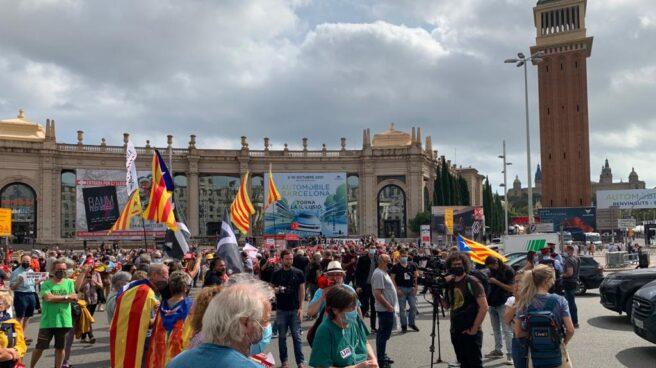 Un centenar de personas cortan la Plaza España en Barcelona durante la visita de Felipe VI.