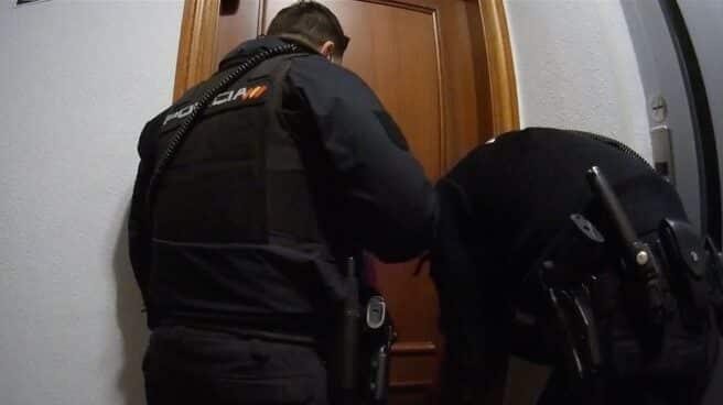 Dos de los policías, antes de acceder al interior de la vivienda.