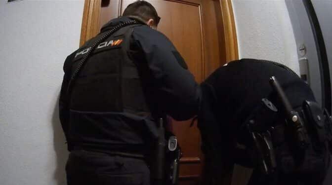 """Los policías alegarán que se identificaron hasta """"siete veces"""" antes de forzar la puerta"""