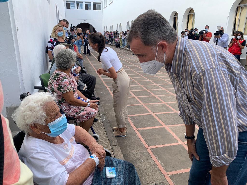 Los reyes conversan con los vecinos de La Palma afectados por el volcán