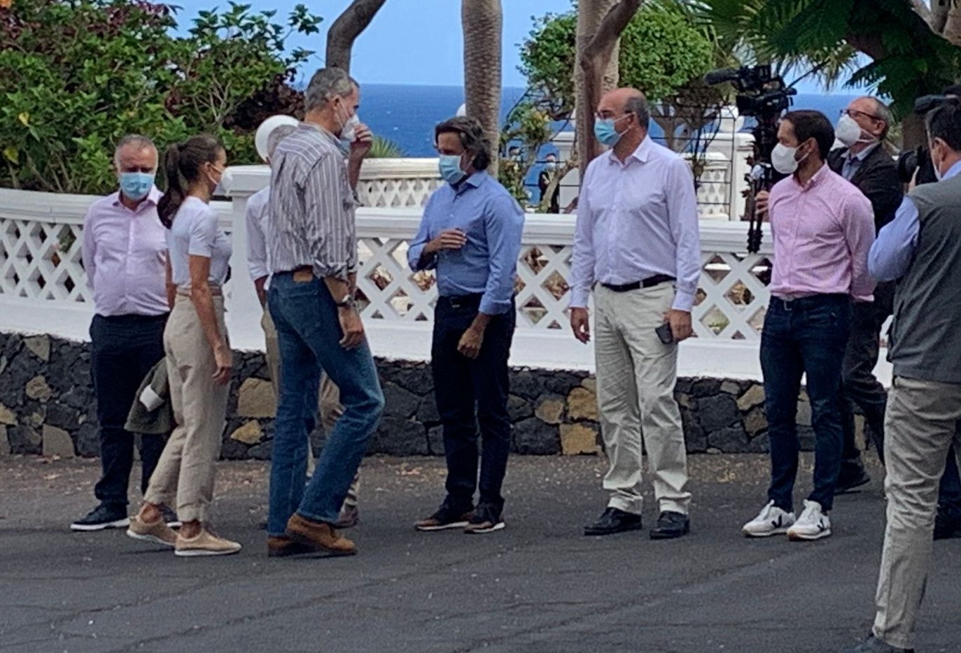 Los reyes saludan a las autoridades locales en su visita a La Palma