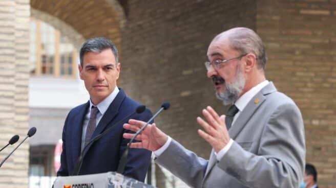 El presidente del Gobierno, Pedro Sánchez (i), y el jefe del Ejecutivo aragonés, Javier Lambán (d), pronuncian una declaración institucional tras la reunión que han mantenido este jueves en Zaragoza para analizar la candidatura de los Juegos Olímpicos de Invierno de 2030.