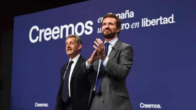El presidente del PP, Pablo Casado (d) y el expresidente de Francia Nicolas Sarkozy (i).