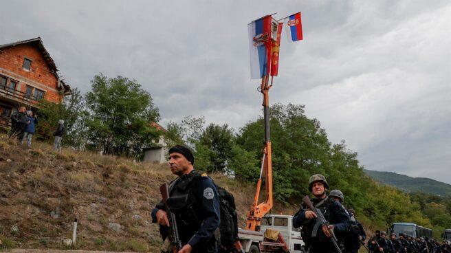 Militares kosovares, en el paso fronterizo de Jarinje.