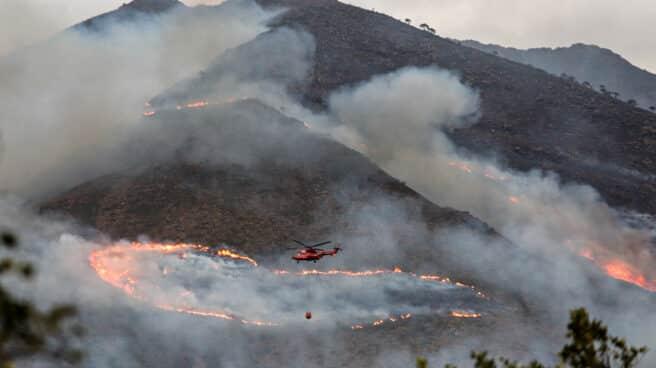 Helicóptero contra incendio intentando apagar el fuego de la Sierra Bermeja, visto desde el cerro de la Silla de los Huesos