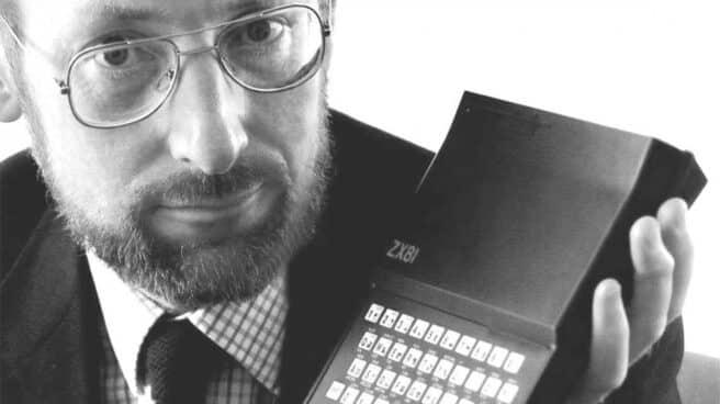Sir Clive Sinclair con el microordenador 'ZX Spectrum'