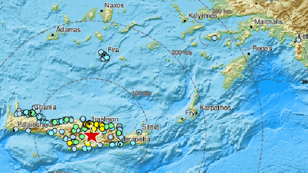 Mapa de las islas griegas donde se localizan los terremotos con colores rojos, amarillos y auzles