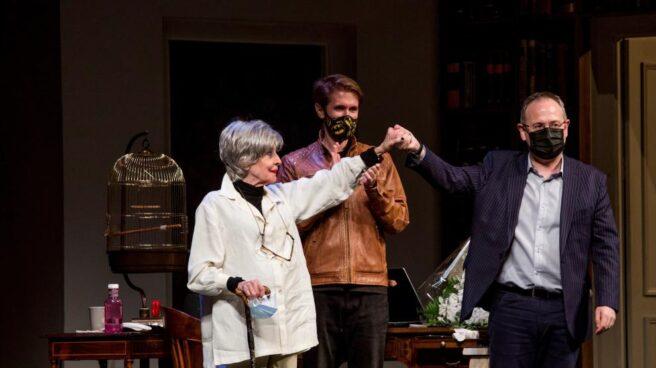 El alcalde de Logroño sujeta la mano de Concha Velasco y el hijo de ella aplaude en el fondo del escenario