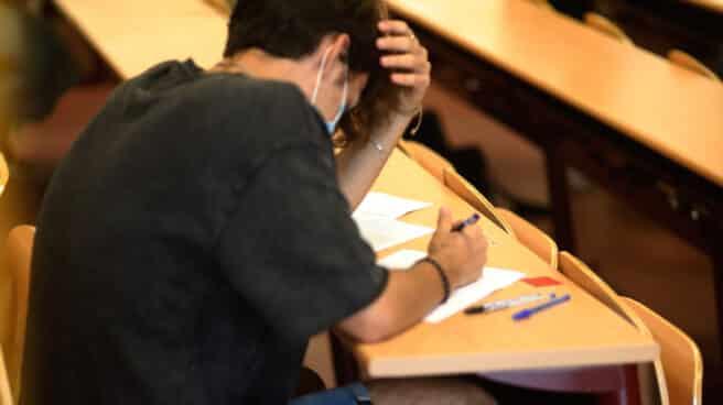 Un estudiante durante la convocatoria extraordinaria de un examen