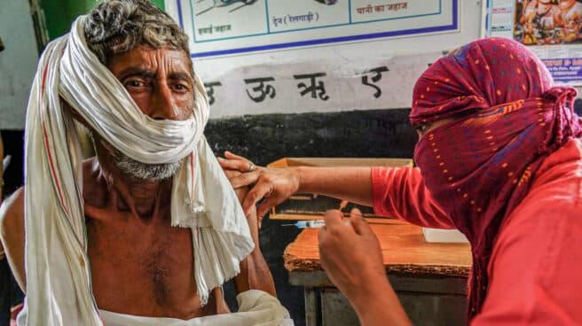 Un hombre recibe la vacuna frente al Covid en India.