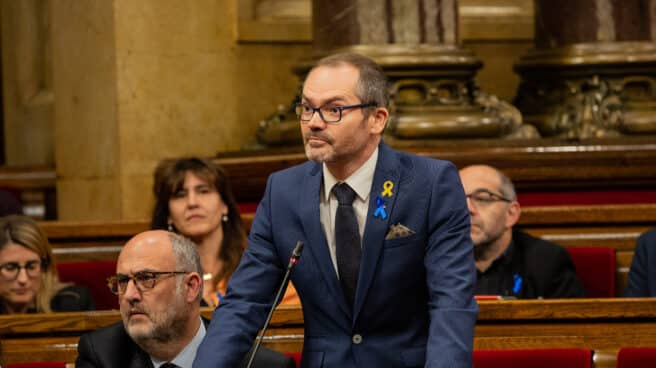 Josep Costa levantado del banco del Parlament de Catalunya
