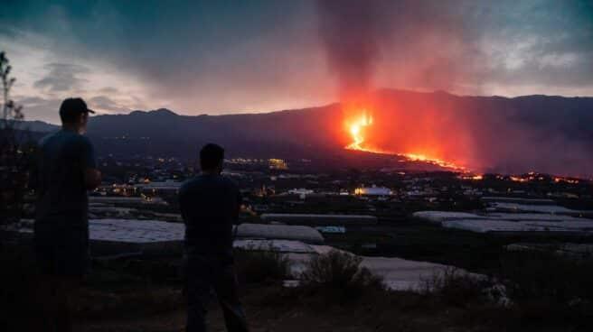 Vistas del volcán Cumbre Vieja expulsando lava, tomadas desde la montaña de La Lagunas.