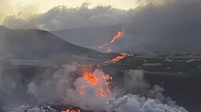 La lava del volcán llega al mar.
