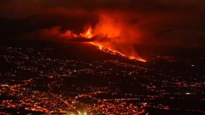 El volcan de La Palma visto con la localidad de El Paso en primer plano.