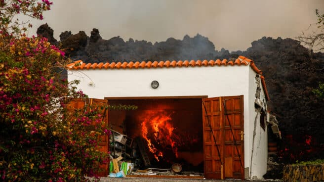 La lava del volcán destruye una casa de la zona de Los Llanos, en El Paso, La Palma