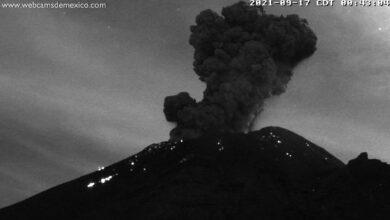 El volcán Popocatépelt emite una columna de humo y ceniza de unos 2.500 metros de altura