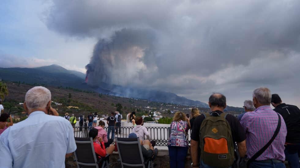 La erupción del volcán de la Palma ya atrae a algunos turistas