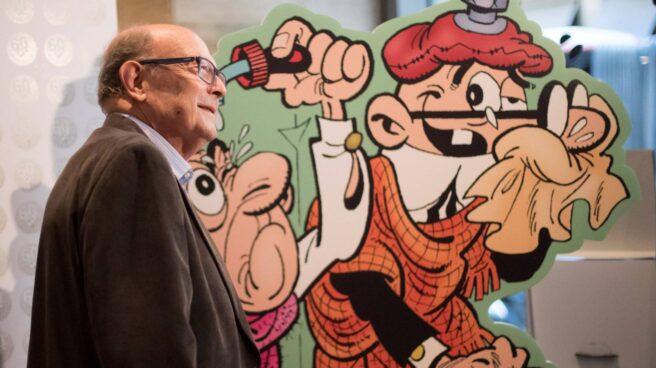 Ibáñez presentando un álbum de Mortadelo y Filemón