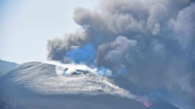 EL PASO (LA PALMA), Vista del volcán de Cumbre Vieja que este sábado continúa su actividad, registrando una intensa emisión de gases a través de un amplio campo de fumarolas. La colada de material magmático que emergió ayer de los dos nuevos centros emisores de lava que se abrieron a unos 600 metros del cono principal del volcán de Cumbre Vieja, en La Palma, ha tomado hoy contacto con la primera de las coladas que formó esta erupción volcánica.