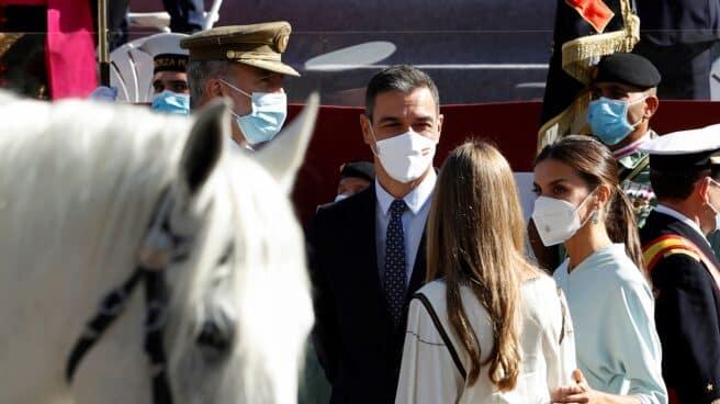 Sánchez departe con el Rey y su familia en el desfile del 12 de octubre.