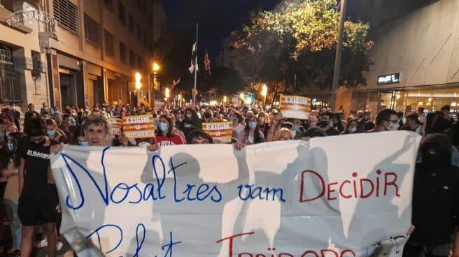 Varias personas con una pancarta en la que se lee: 'Nosaltres vam decidir, politics traidors', durante una manifestación por el referéndum del 1-O en Cataluña