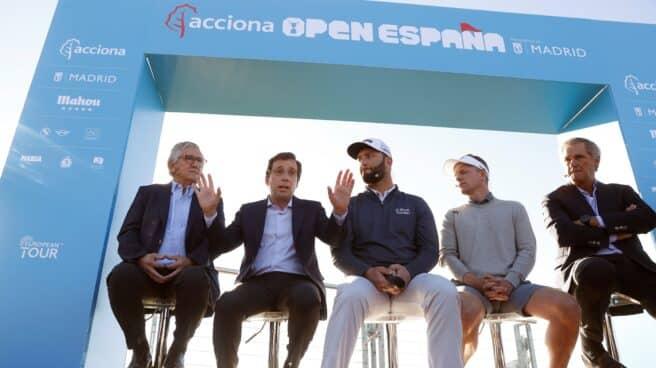 Rahm escucha a Almeida en presencia de Escauriaza, Donald y Entrecanales.