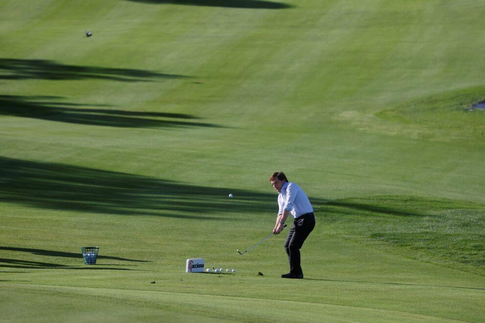Martínez-Almeida juega en la presentación del Acciona Open de España de golf.