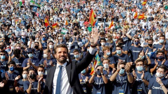 El presidente del PP, Pablo Casado, saluda a los militantes a su llegada a la Plaza de Toros de Valencia.