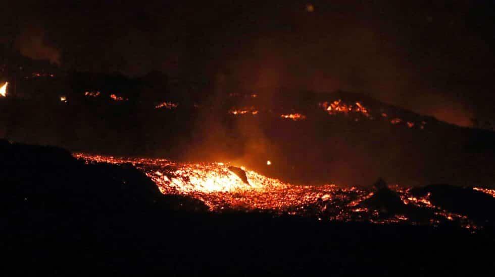 La colada de lava del volcán de La Palma ha incrementado su actividad tras el derrumbe del flanco norte del cono.